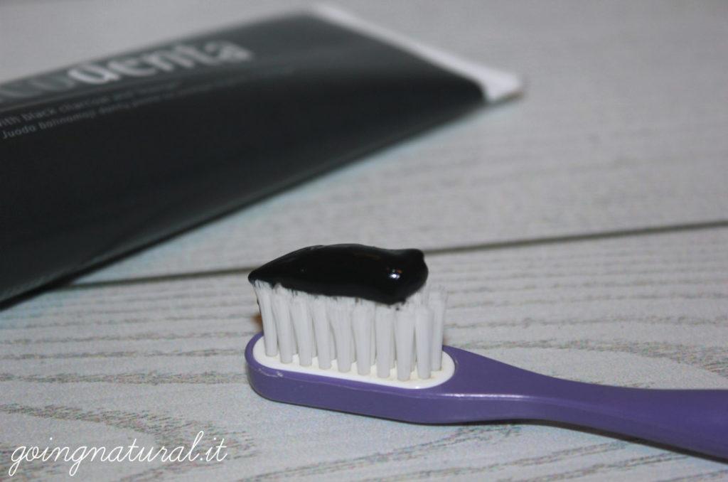 dentifricio nero al carbone attivo